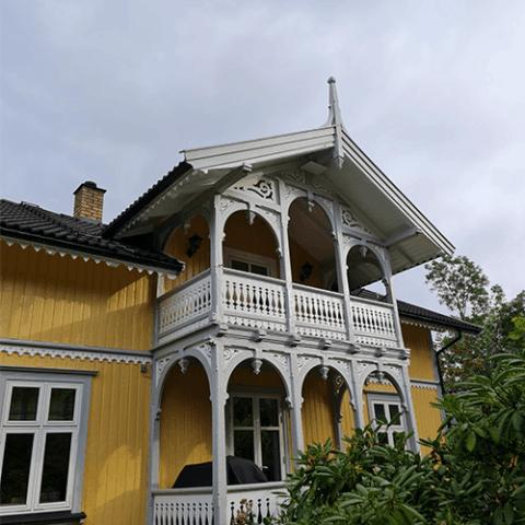 Sveitser Villa hvor fasade er pusset opp av To Malere